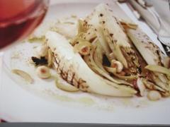 Ricetta insalata belga alla griglia con nocciole
