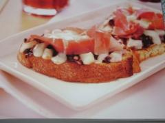 Ricetta bruschetta con radicchio stufato, provola e cotto