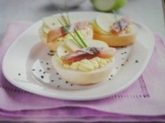 Ricetta piccoli panini al latte con mela e aringa affumicata