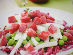 Ricetta dell'insalata tiepida di pisellini, topinambur e salamella