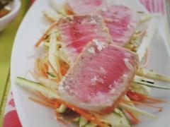 Ricetta di pesce, tonno scottato su verdure croccanti