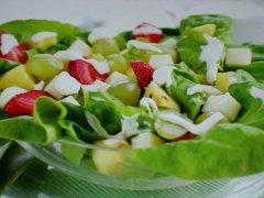 ricetta-facile-e-veloce-insalata-di-frutta-lattuga-e-provolone-dolce