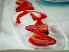 ricetta-facile-e-veloce-fragole-caramellate-al-pepe-bianco-e-gelato-alla-panna