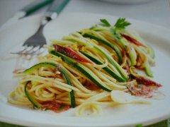 ricetta-facile-e-veloce-tagliolini-alle-acciughe-e-zucchine