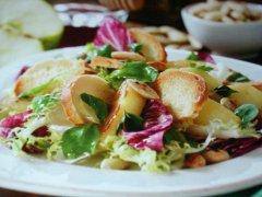 ricetta-facile-e-veloce-insalata-con-mele-mandorle-e-crostini-di-pane