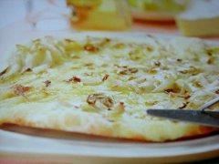 ricetta-facile-e-veloce-pizza-con-indivia-e-brie