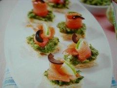 ricetta-facile-e-veloce-tartine-al-salmone-crema-di-lattuga-e-olive