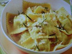 ricetta-facile-e-veloce-ravioli-gialli-ripieni-di-broccoli