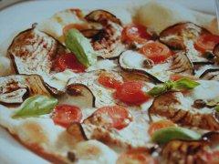 ricetta-facile-e-veloce-pizza-con-capperi-e-melanzane