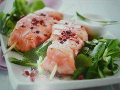 ricetta-facile-e-veloce-spiedini-di-salmone-con-valeriana-e-yogurt