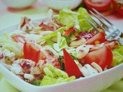 ricetta-facile-e-veloce-insalata-con-lattuga-pomodori-e-mandorle