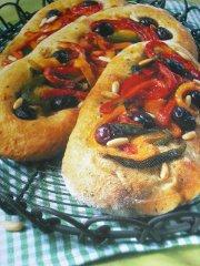 ricetta facile e veloce focaccia alle olive con peperoni e pinoli