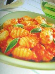 ricetta facile e veloce gnocchi con salsa di pomodoro alla salvia